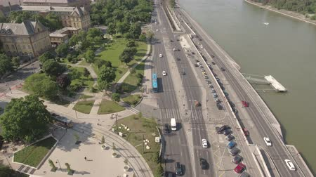 маргарита : Aerial shot of Budapest traffic - Danube river, Hungary
