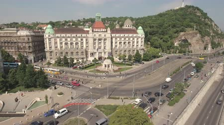 budapeszt : Flying over Danube river and after Gellert square - Budapest, Hungary