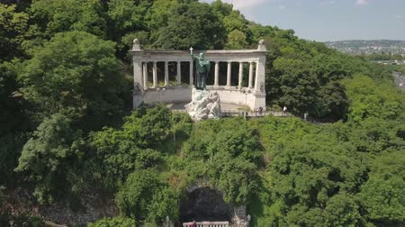 em pé : Aerial shot of Budapest, Hungary - Gellert monument and Citadel Stock Footage