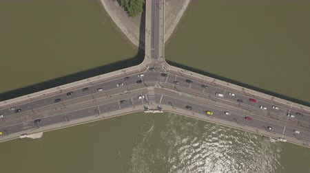 маргарита : Aerial shot of bridge traffic - carriageway over the river, Budapest