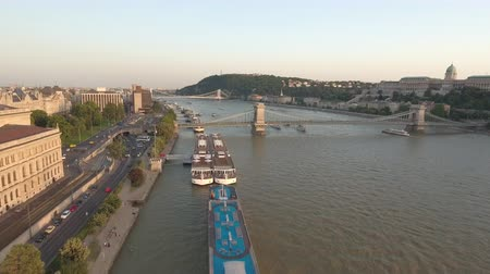 em pé : Aerial view of Budapest at sunset - Danube wharf, Hungary Stock Footage