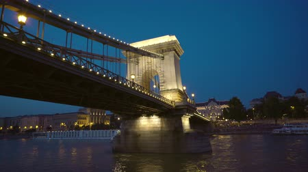 alkony : Illuminating Chain bridge at night - Budapest, Danube river, Hungary Stock mozgókép