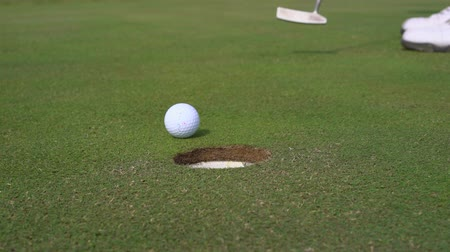 żelazko : Man golfing and putting in hole. Male player mistake is a golf course - Slider shot
