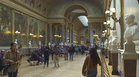 lobi : Crowd of people inside the Versailles palace. Palace interior - September 2018: Versailles, France