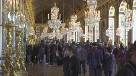 göz kamaştırıcı : Crowd of people inside the Versailles palace. Palace interior, mirrors room - September 2018: Versailles, France