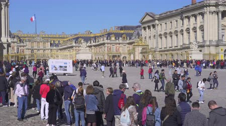 busy line : People waiting in line at Versailles palace. Head main entrance - September 2018: Versailles, France