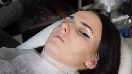 zalf : Beautician, specialist of permanent make-up the creation of a greenhouse effect for the rapid action of local anesthesia before the eye permanent makeup procedure. closeup Stockvideo