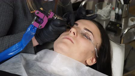 permanente : Beautician, specialist of permanent make-up making eyeliner permanent make up