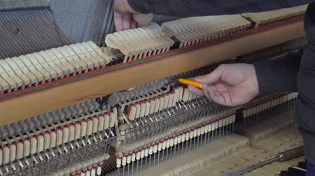 Accordage du piano. Gros plan d'un accordage de piano