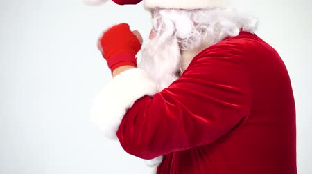 собственность : Christmas. Santa Claus on a white background in red bows for boxing and kickboxing fulfills blows. The image of a fighter. Humor, funny, fun, joke, has its own bumbon.