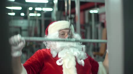 fisiculturismo : Santa Claus training at the gym on Christmas Day. exercise-machine.