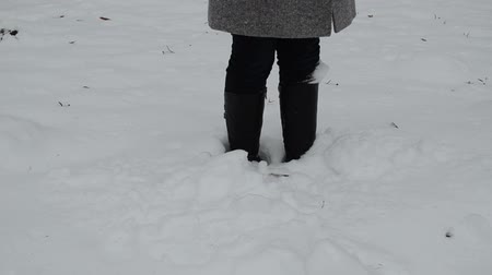 queda de neve : Woman legs stand in winter snowdrift and dig snow fall on her.