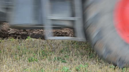 traktor : closeup tractor machine wheel and plough agricultural field soil. Dostupné videozáznamy