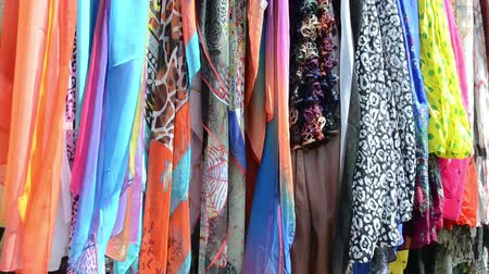 başörtüsü : multicolor fashionable cloaks shawls and scarves sold in outdoor fair market. Stok Video