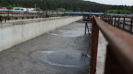 filtro : Aeration process of waste sewage water treatment plant. Huge basins with bubbling dirty water. Aerotank grit chamber stage. Stock Footage