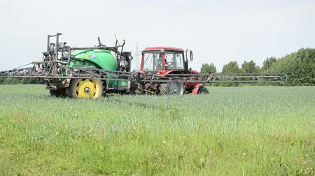 püskürtücü : worker spreads tractor sprayer makes the same height moves from place to spray crop fertilizer