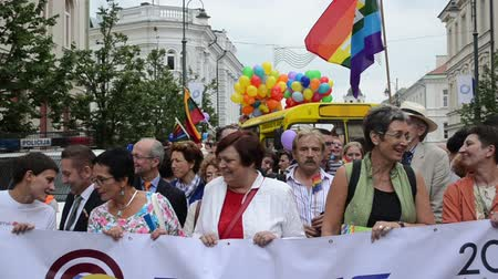 participante : VILNIUS, LITHUANIA - JULY 27: Famous politics guests people in beginning of gay parade crowd members on July 27, 2013 in Vilnius, Lithuania. Fight for gay and lesbian equality rights.
