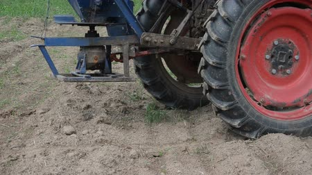 trator : Follow vintage tractor wheels and seeder equipment sow buckwheat seeds in agriculture field.