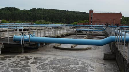 filtro : Modern treatment cleaning plant wastewater sewage water aeration basin bubbling and big pipes blowing oxygen. Polluted water cleaning technology.