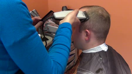 barbear : barber woman shave client man head hair with shaver in hairdresser salon. Vídeos