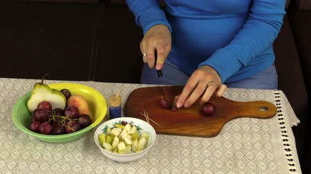 beslenme : pregnant woman girl prepare healthy food nutrition dessert from fruits. Health care.