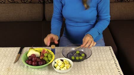 beslenme : pregnant woman prepare special dessert from grapes and fruit pieces. Healthy nutrition. Health care. Full HD 1080p. Progressive scan 25fps. Tripod. Stok Video