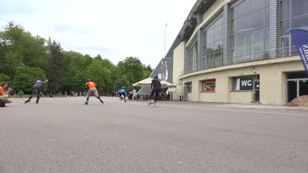 participante : VILNIUS, LITHUANIA - MAY 23: Amateur roller skater men start in speedskating competition on May 23, 2015 in Vilnius, Lithuania. Active sport. Panorama follow shot. 4K