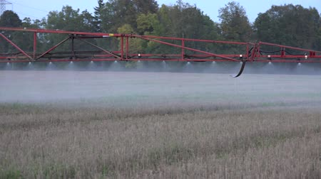 matança : Sprayer equipment spray herbicides chemicals on field. Panorama follow shot. 4K