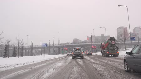 sıkışmış : VILNIUS, LITHUANIA - JANUARY 11, 2016: car traffic and citizen people on snowy street crossroad of Europe city in winter time on January 11, 2016 in Vilnius, Lithuania. Handheld shot. Stok Video