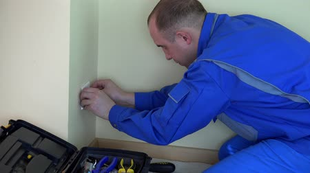 yerleşim : Professional electrician man working with screwdriver on outlet. Stok Video