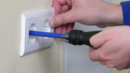 elektryk : Electrician hands install electrical wall sockets Wideo