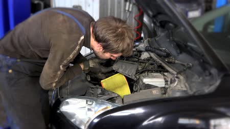 filtro : auto mechanic man removing dirty air filter in near cars engine