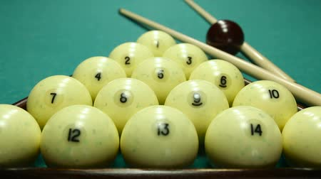 zęby : billiard balls on the table with the cue