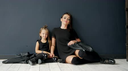 külotlu çorap : girl with long hair in black leather jacket next to her mother sitting in the studio