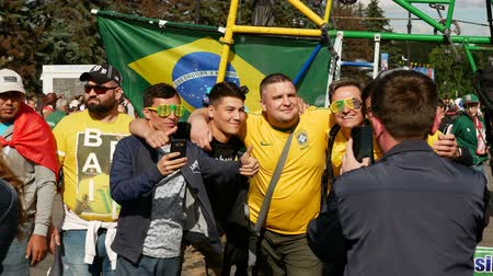 fotbalista : Saint-Petersburg, RUSSIA - JUNE 22, 2018: Brazilian football fans are happy with the victory over Costa Rica of their team in the square next to the stadium on june 22, 2018 Dostupné videozáznamy