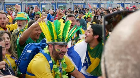 brazil : Saint-Petersburg, RUSSIA - JUNE 22, 2018: Brazilian football fans are happy with the victory over Costa Rica of their team in the square next to the stadium on june 22, 2018 Stock mozgókép