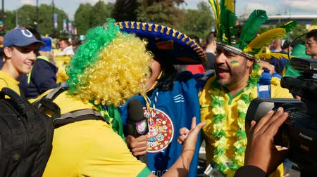 Коста : Saint-Petersburg, RUSSIA - JUNE 22, 2018: Brazilian football fans are happy with the victory over Costa Rica of their team in the square next to the stadium on june 22, 2018 Стоковые видеозаписи