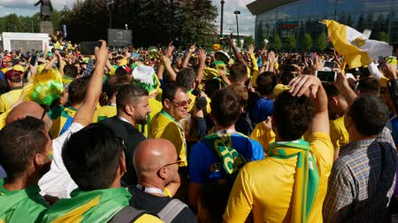 stadyum : Saint-Petersburg, RUSSIA - JUNE 22, 2018: Brazilian football fans are happy with the victory over Costa Rica of their team in the square next to the stadium on june 22, 2018 Stok Video
