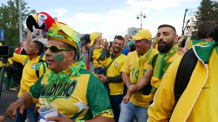 saintpetersburg : Saint-Petersburg, RUSSIA - JUNE 22, 2018: Brazilian football fans are happy with the victory over Costa Rica of their team in the square next to the stadium on june 22, 2018 Stock Footage