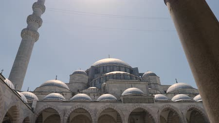 boynuzları : Turkey, Istanbul - 5 June 2019: appearance in the courtyard of the Grand Suleymaniye Mosque on a summer day on June 5, 2019 Stok Video