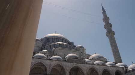 ottomaans : Turkey, Istanbul - 5 June 2019: appearance in the courtyard of the Grand Suleymaniye Mosque on a summer day on June 5, 2019 Stockvideo