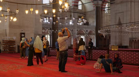żyrandol : Turkey, Istanbul - 5 June 2019: many tourists and locals who walk around the building and consider in the structure of the Suleymaniye Mosque on June 5, 2019