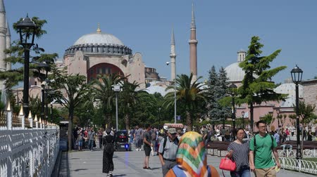 byzantský : Turkey, Istanbul - 5 June 2019: people walk around the square on a summer day near the mosques of Hagia Sophia and Sultanahmet on June 5, 2019