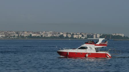 паром : Turkey, Istanbul - 5 June 2019: fast small boat sailing through the Bosphorus Strait in summer in Sunny weatheron June 5, 2019 Стоковые видеозаписи