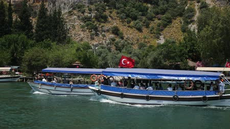 navigáció : Dalyan, Turkey - 9 June: excursion boat with people floating on a narrow river in the summer June 9, 2019