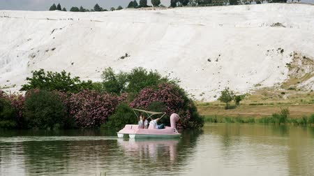 yeşilbaş : Turkey, Pamukkale - 12 June 2019: tourists ride a boat in the form of a Swan on the lake in Pamukkale June 12, 2019 Stok Video
