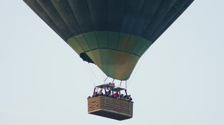известняк : Turkey, Pamukkale - 12 June 2019: Hot air colorful balloon fly over the white limestone mountains in the morning on a warm summer day June 12, 2019 Стоковые видеозаписи