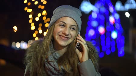 falar : Beautiful young girl talking on a smartphone