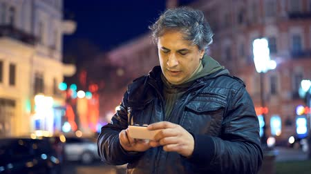 okos telefon : Man using smart phone