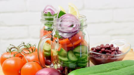 vejetaryen : Homemade healthy salad in glass jar. Vegetarian concept.